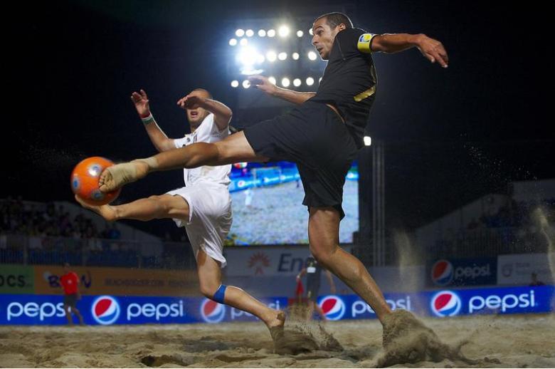 No último confronto entre Portugal e Itália, a selecção nacional derrotou os transalpinos por 10-7. Foi na meia-final da Taça Europa de Futebol de Praia 2010, realizada em Roma. Na imagem, Madjer tenta rematar, com Carotenuto pela frente.