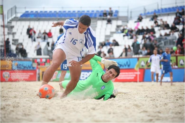 Nakash passa pelo guarda-redes grego e marca um golo, num jogo em que Israel venceu a Grécia por 9-5 (com 5 golos de Ilos).