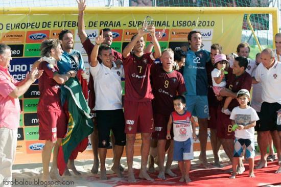Festejos dos jogadores portugueses no momento em que recebem a taça!
